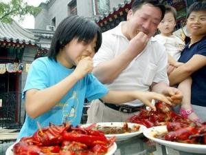 白领辞职创业开餐厅 农家乐里卖火小龙虾